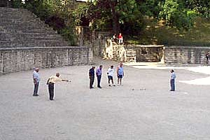 A game of petanque in the Arenes.